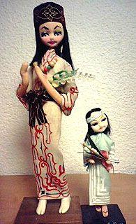 北海道の観光地にはアイヌの木彫りとかアイヌ言葉のれん(笑)とかアイヌに関する土産物が多いですが、こういうお人形はなかなか見られなくなりました。左はポーズ人形と呼ばれるタイプのアイヌ娘バージョン。ポーズ人形、好きなんだよね~今、こういう感じの