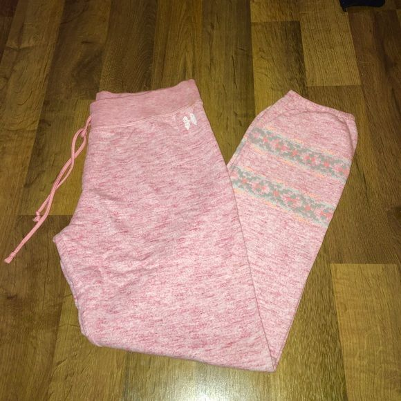 New Victoria Secret small Aztec gym capris Brand new. Never washed never worn. Pink Aztec gym capris. Ships within 24 hours 💋 light pink heather colored with Aztech print around the legs Victoria's Secret Pants Capris