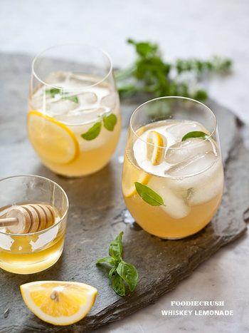蜂蜜レモンシロップをソーダで割った爽やかなレモネード。 蜂蜜シロップを予め多目に用意しておけば、一々作る面倒が要りません。夏の小パーティーにうってつけのカクテルレシピです。