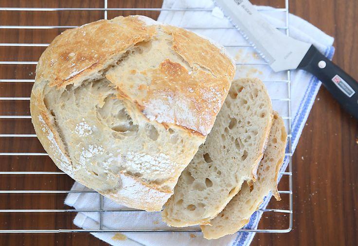 Tento remeselník chleba recept je tak jednoduché a dopadá úžasné!  To trvá len 4 ingrediencie a 5 minút rukou na čas chrumkavý, čerstvý chlieb!  Ako vyrobiť chleba.
