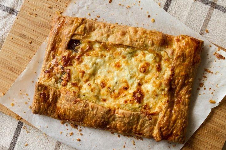 Πίτα με λουκάνικα από τον Άκη. Η συνταγή για την πίτα - πίτσα είναι εύκολη, αρωματική και γρήγορη. Το κατάλληλο γεύμα για φοιτητές και νοικοκύρηδες.