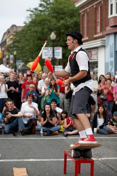 Dundas International Buskerfest. For all essential info: http://www.summerfunguide.ca/events/1773/dundas-international-buskerfest.html #summer #fun #ontario #festivals