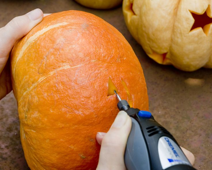 Paso 3: Utilice su minitorno Dremel con el accesorio de fresa de alta velocidad 193 y recorte cuidadosamente las formas. Trabaje en las esquinas y curvas con cuidado para garantizar un acabado exacto.