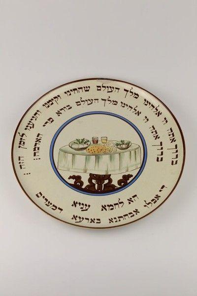 Keramická sederová misa ozdobená majolikou. Používala sa pri rituálnom stolovaní v období sviatkov Pesach (prvý z troch pútnických sviatkov). Jednotlivé druhy jedál boli na misu kladené v určitom poradí. Pesach (sviatok prekročenia)pripomína odchod Izraelcov z egyptského otroctva. Večer pred odchodom izraelské rodiny v Egypte obetovali baránka. Obetovanie sa zachovalo až do zničenia chrámu. Tradícia jedenia macesových chlebov (nekvasených chlebov) vychádza z biblickej tradície (Izraelci…