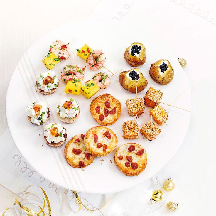 Mango- och räkspett, getost på toast, potatis med créme fraiche och rom, minipizzor med chorizo och sotade salmalaxkuber. Dessa små drinktilltugg har allt: de är enkla att göra, ser fantastiska...