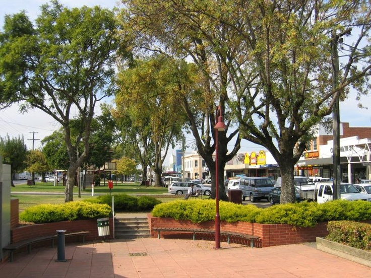 Bairnsdale Commercial centre and shops View east along Main St gardens between Service St and Bailey St