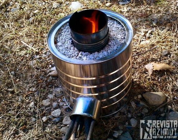 ESTUFA 1) Necesitamos conseguir un bote a aluminio (sin importar la forma.   2) deberás cortar la lata de la parte inferior (en esta parte colocaremos la leña y yesca para encender la fogata) 3) Retira la tapa superior de la lata.