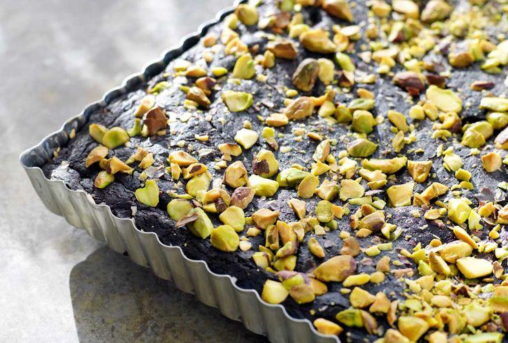 Kladdkaka med svarta bönor och pistaschnötter