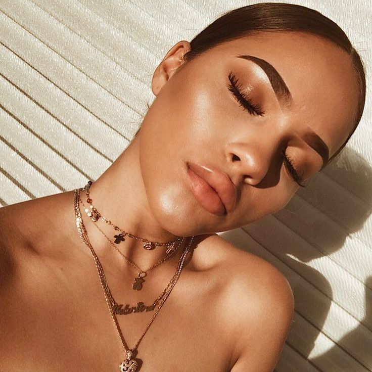 Summer glow: bronzed and dewy makeup look, sleek hair and gold accessories. Perfect everyday summer makeup look. #summermakeuplooks