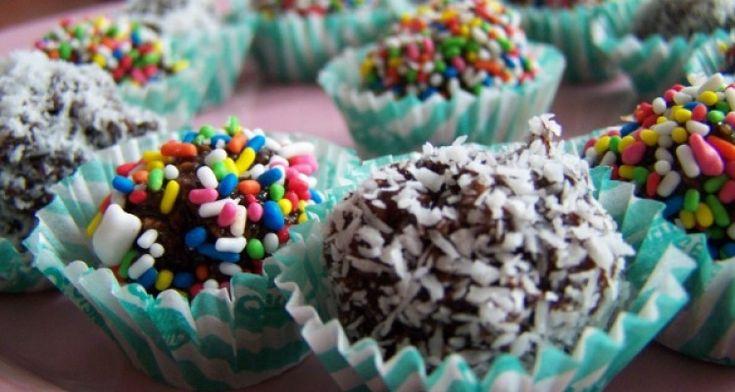 Μια καταπληκτικήσυνταγή για σοκολατάκια, που θα ξετρελάνουν τα παιδιά. Ιδανικά για πάρτυ!  Σε μία κατσαρόλα ρίχνουμε την ζάχαρη το κακάο και το γάλα και ανακατευουμε καλά μέχρι να βράσει και να διαλυθεί η ζάχαρη.  Αδειάζουμε το παραπάνω μίγμα σε ένα μπολ και προσθέτουμε την βανίλια. Ανακατευουμε καλά, και προσθέτουμε