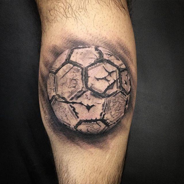 Domingo é dia de futebol! Bola de capotão feita pelo @danilodex_tattoo.  Ele tatua no @skink.social.club, ...