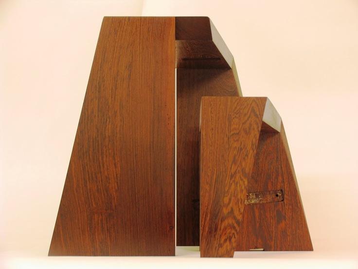 Krukjes / bijzettafeltjes gemaakt van oude wengé traptreden.