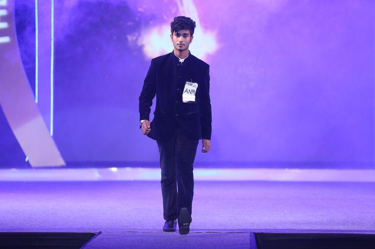 Viva Nova (Personality Contest) contestant walking on the ramp
