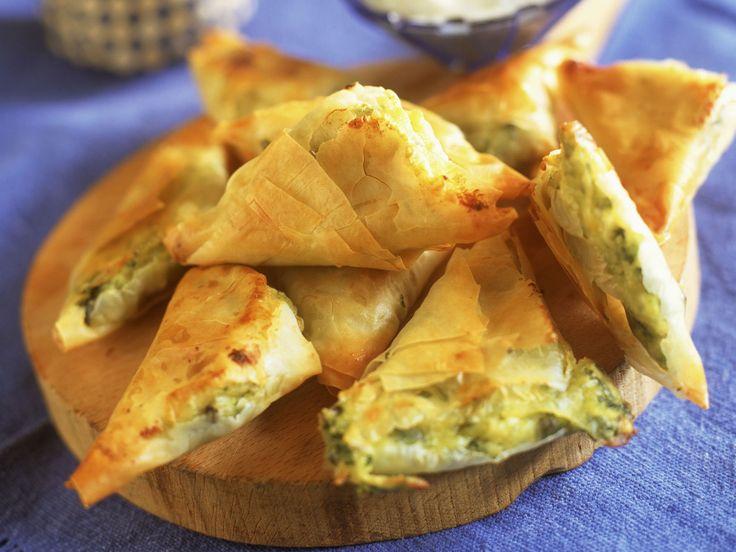Filo-Ecken mit Käse und Gemüse gefüllt | Zeit: 45 Min. | http://eatsmarter.de/rezepte/filo-ecken-mit-kaese-und-gemuese-gefuellt