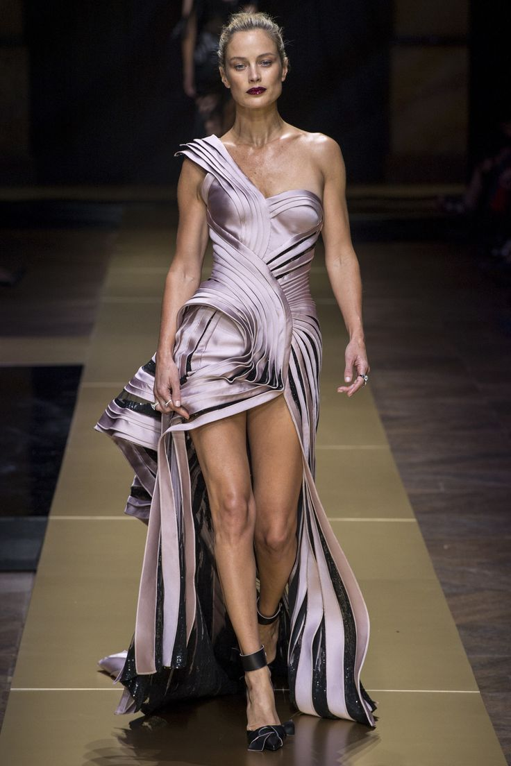 Atelier Versace Fall 2016 Couture Fashion Show  http://www.vogue.com/fashion-shows/fall-2016-couture/atelier-versace/slideshow/collection#34