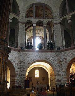 Iglesia de Ottmarsheim, de época otoniana basada en el modelo coralino de la Capilla palatina de Aquisgrán