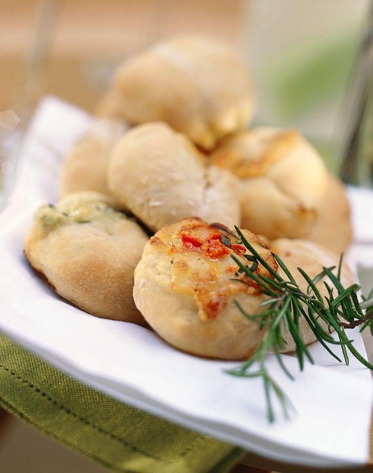 Brötchen für die Party mit Oliven, Chili und frischen Kräutern gefüllt | http://eatsmarter.de/rezepte/broetchen-fuer-die-party-0