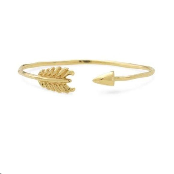 Gold arrow bracelet - Stella and dot Gold arrow bracelet from Stella and dot. Only worn 3 times and in great condition still. Cute to layer with other bracelets or wear with a watch. Stella & Dot Jewelry Bracelets