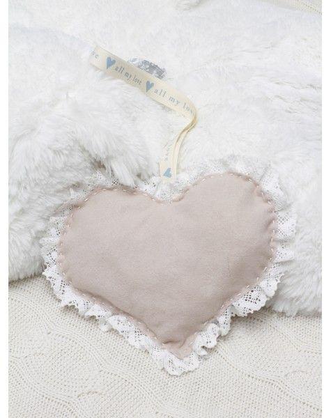 Ręcznie wykonana ozdoba do dziecięcego pokoju w kształcie serca. Beżowe serce Ozdobione jest piękną koronką a wykonane jest z naturalnego filcu , wnętrze to hypoalergiczny wkład.  Rozmiar to około 20cm szerokości na 20 cm wysokości