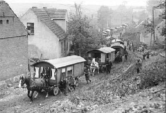 Onderweg... Zoals altijd rennen de kinderen naast de wagen mee om de paarden te sparen.
