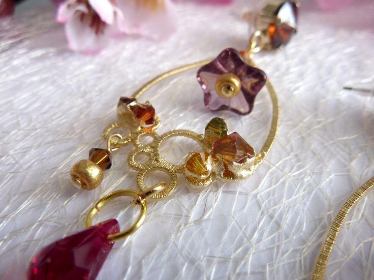 Orecchini con foglia d'oro lavorata a mano, filigrana placcata Oro 14 Kt, fiori in vetro e gocce Swarovski color rubino.
