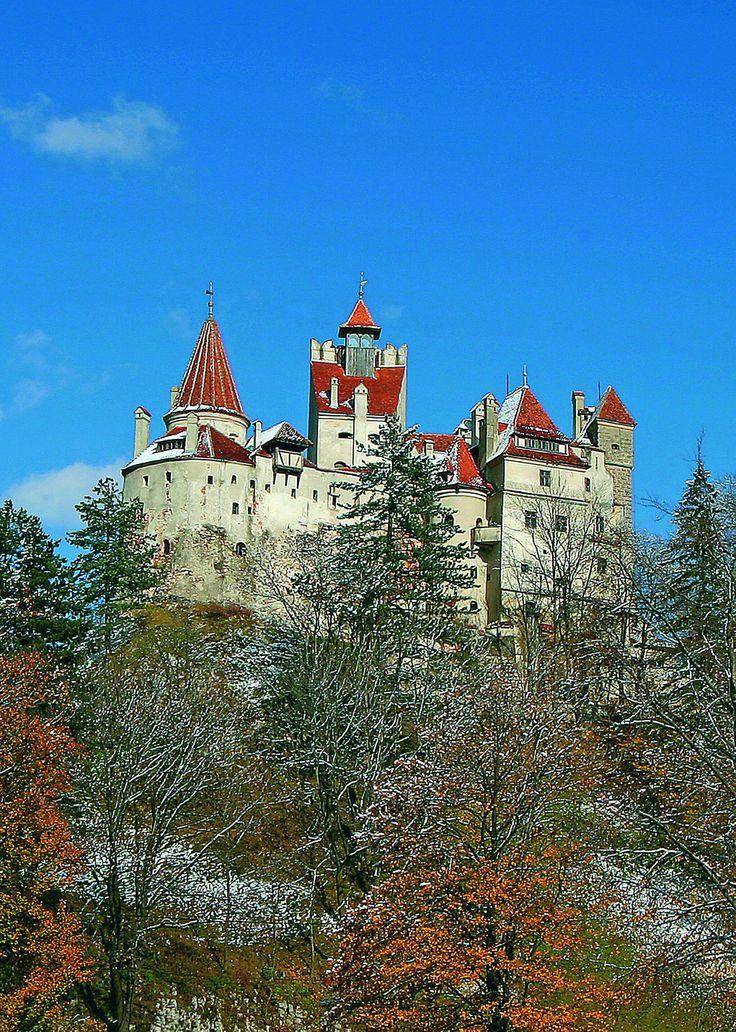 Bran: Schloss Dracula (Baujahr: 1377).  Erst nachdem das Schloss in Besitz der Königin Maria geriet, wurde es zu einer romantischen Ruhestätte im Dorf Bran (Törzburg) - einem Ort für Sommerfrischler. Die Königin Maria lies das Schloss umbauen und erweitern und damit wurde es zur gemütlich eingerichteten Familien-Residenz. In kurzer Zeit wurde Schloss Bran ihr Lieblings Ort. Sein jetziges Aussehen verdankt das Schloss dem Hofarchitekten Karel Liman.