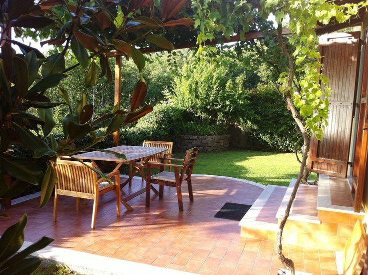 Sulla terrazza con pergola d'uva fragolina