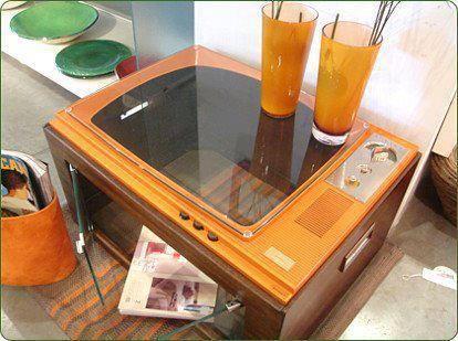 Mesa de centro con televisor antiguo