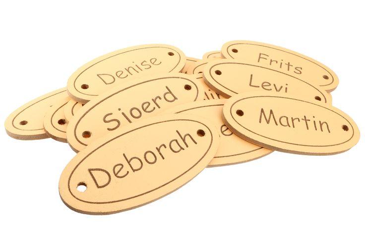 Wil je iedere stoel of placemat voorzien van een eigen naambordje, zodat de gasten precies weten waar ze moeten zitten? Dat kan met een persoonlijk naambordje.  Leuk voor een bruiloft / babyshower / geboorte of een ander feest. vanaf 4,45 euro op www.voorjulliegemaakt.nl