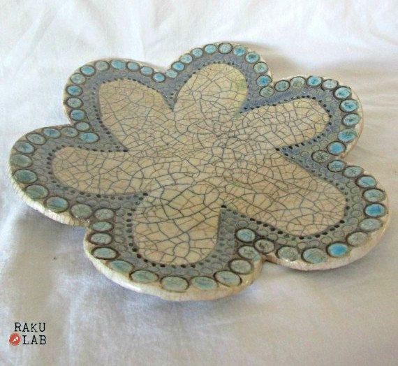 Piatto in ceramica raku  Fiore azzurro e nocciola