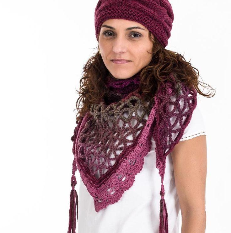 Bufanda elaborada artesanalmente en color burdeos y tonos tostados con lana 100% y algodón, tejido en crochet con la técnica de mallas triangulares.