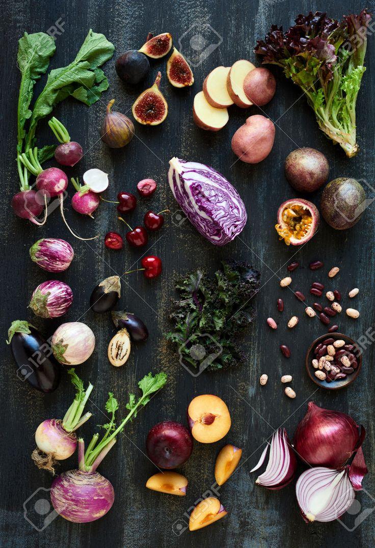 野菜紫トーンと暗い素朴な苦しめられた背景、家宝ナス、イチジク、ナス、さくらんぼ、大根、レタス、果実のコレクション豆パッション フルーツ、キャベツ、梅、タマネギ ロイヤリティーフリーフォト、ピクチャー、画像、ストックフォトグラフィ. Image 61082957.