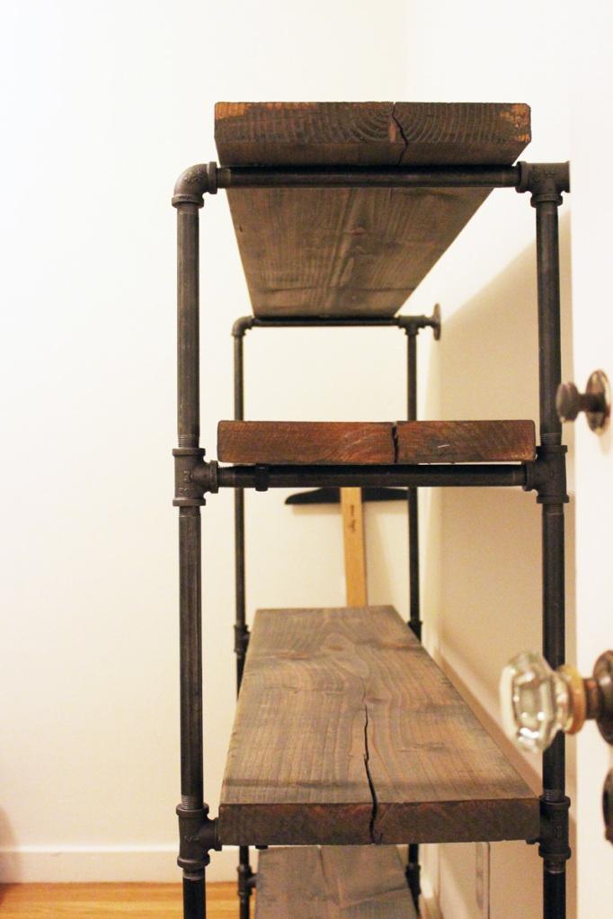 Étagère faite de tuyaux et de vieilles planches :)