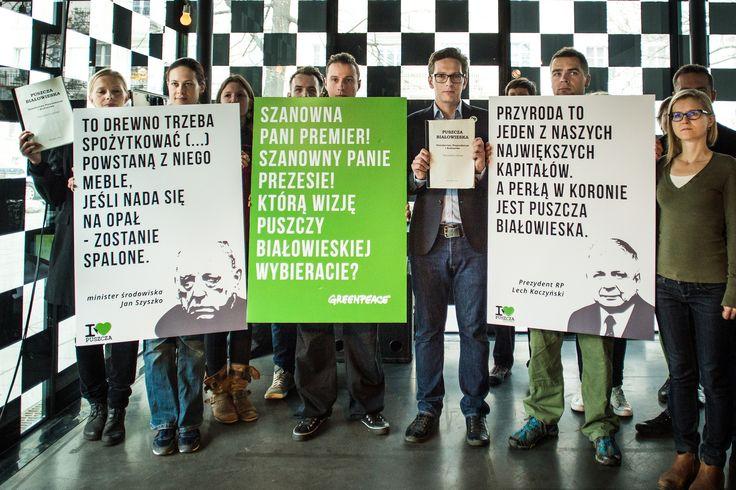 """Cała Puszcza parkiem narodowym  Aktywistki i aktywiści Greenpeace, w imieniu wszystkich Obrońców Puszczy, wspięli się na Ministerstwo Środowiska i rozwinęli baner z hasłem """"Cała Puszcza parkiem narodowym"""". W ten sposób apelują o jedyny skuteczny ratunek dla Puszczy Białowieskiej: objęcie całego jej obszaru parkiem narodowym. www.kochampuszcze.pl"""