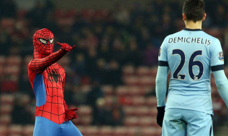 """Un uomo mascherato come il popolare personaggio dei fumetti invade il campo della sfida di Premier League tra """"Black Cats"""" e """"Citizens"""""""