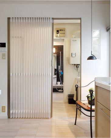 リフォーム実例|北海道セキスイファミエス株式会社|リフォーム ... キッチンとサニタリーの間の半透明のアコーディオンカーテン。サニタリーの壁にあるガラスブロックから、明かり取りに