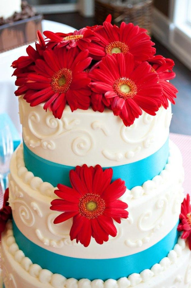 Vale a pena ousar e experimentar cores contrastantes e complementares na hora de decidir a paleta de cores do seu casamento! Que tal ousar e optar por vermelho, turquesa e branco?