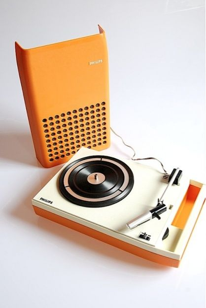 1970s MINT ORANGE PHILIPS 113 PORTABLE RECORD PLAYER. Mijn eerste pick-up was net zoiets!