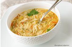 Momentan ist Erkältungszeit. Da tut eine selbst gekochte Hühnersuppe echt gut. Am liebsten leicht asiatisch mit Ingwer und Mie-Nudeln. Leider dauert das mit einem Suppenhuhn ziemlich lange. Deshalb greift Redakteurin Tina unter der Woche zu einem kleinen Trick…. Rezept Für 4 Portionen Zutaten 1 Bund Suppengemüse 1 Zwiebel 1 walnussgroßes …