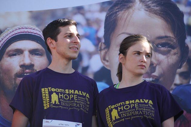 Gilad Shalit (L) et sa copine ont été vus lors du quatrième Marathon international de Jérusalem le 21 mars 2014. Photo de Mendy Hechtman / FLASH90