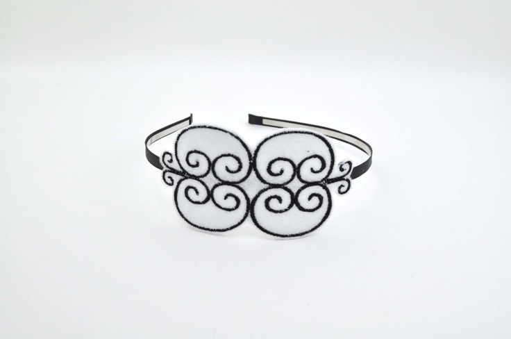 Serre-tête romantique, rétro, arabesques, feutrine blanche brodée de noir : Accessoires coiffure par leonie-et-cie