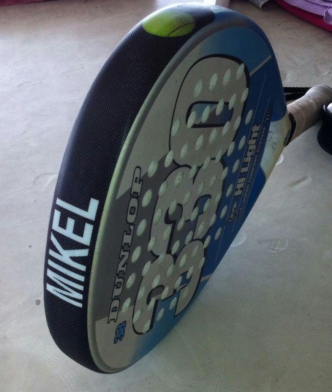Pala personalizada con protector de pádel de alta calidad