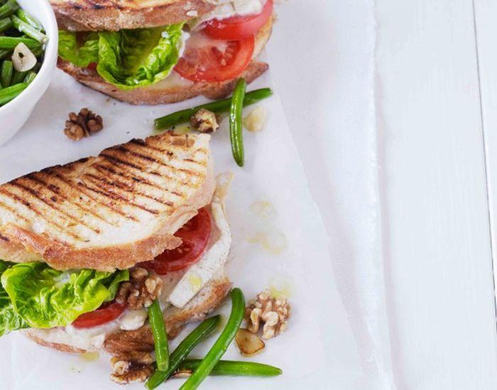 Opskrift på chèvre chaud med grønne bønner og valnødder. Nem middag med god grillet sandwich. Du kan variere med skiver pærer, røget kalkun eller stegte Zucchini.