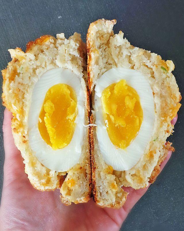 チーズとヨーグルトで作った生地で卵を包んで焼いた「エッグチェダービスケット」のレシピをご紹介します!見た目もおしゃれで流行の兆しもあるビスケットを是非ご家庭でお試し下さい!