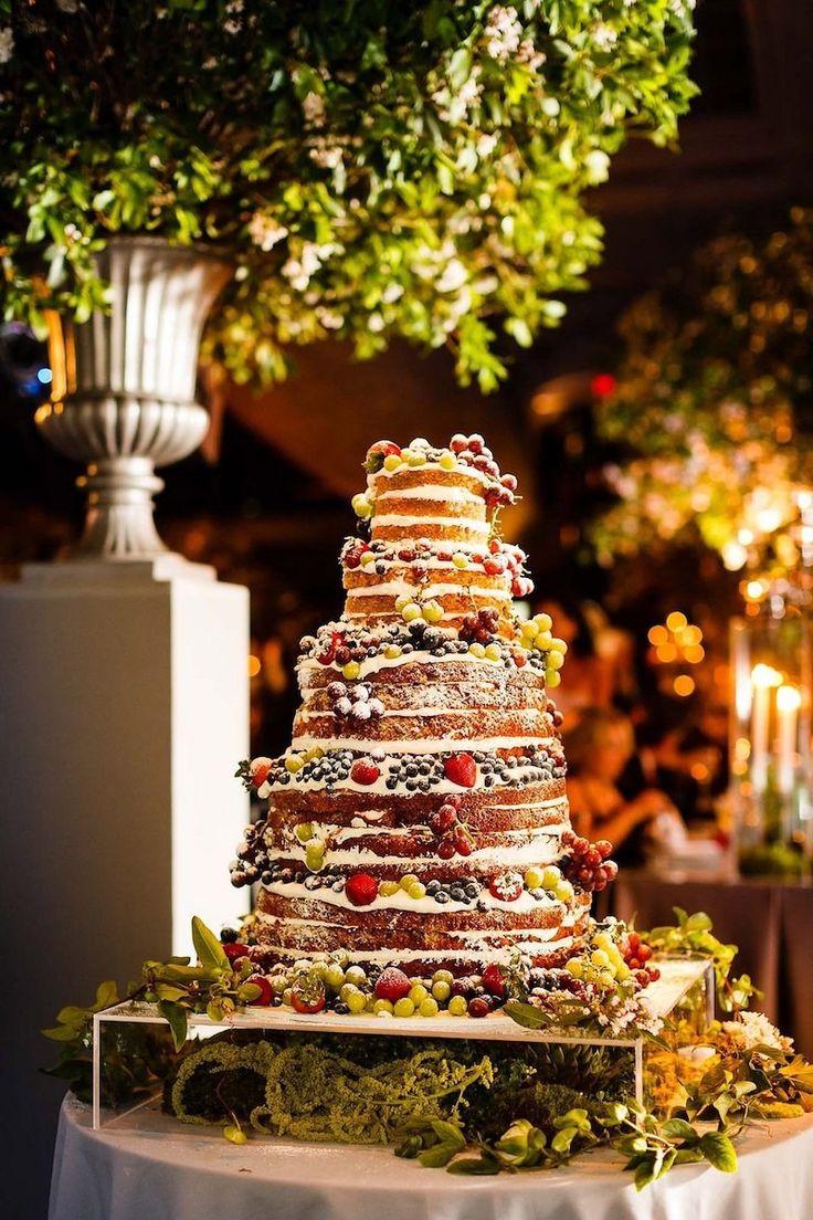torta matrimonio pippa middleton. Confezionata da una prestigiosa casa di cake design di Londra —Domino Purchas— era formata da diversi piani interamente ricoperti di frutta, adagiati su uno strato di glassa candida (3.000 euro)
