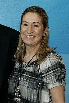 Ana Pastor Julián, licenciada en Medicina y Cirugía por la Universidad de Salamanca y funcionaria del Cuerpo Superior de Salud Pública y Administración Sanitaria hasta su entrada en política.
