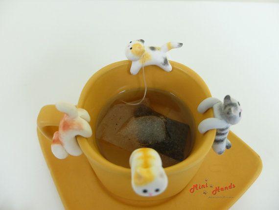 Non seulement, ces chats cutie s'accrochent à votre tasse de thé, tasse ou bol pour fins de décoration, mais aussi vous aider à tenir le sachet de thé de se glisser dans votre thé chaud. Cela peut certainement égayer votre journée ennuyeuse quand elle est assise sur votre tasse. Regardez, comment heureux elle est de jouer à votre tasse ! ^.^  Ces détenteurs de sachet de thé belle chat sont handsculpted et peint à la main par mes soins avec soin, à l'aide de l'argile de polymère de haute…