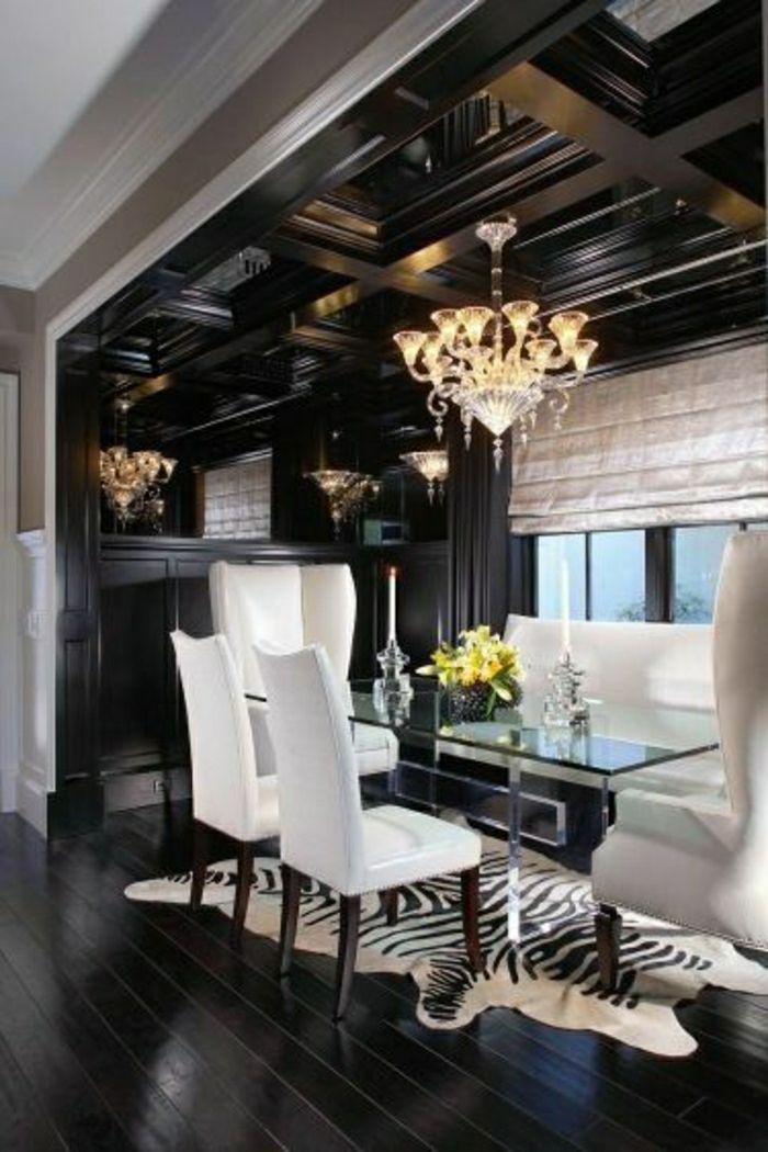 sol de style baroque, lustre baroque, mur de briques blancs, plateau de table en verre