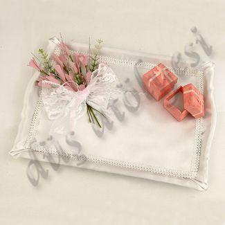 Krem rengi saten kumaş ile kaplanmış, pembe çiçek demeti ve dantel ile süslenmiş pembe nişan yüzüğü kutulu nişan tepsisi.