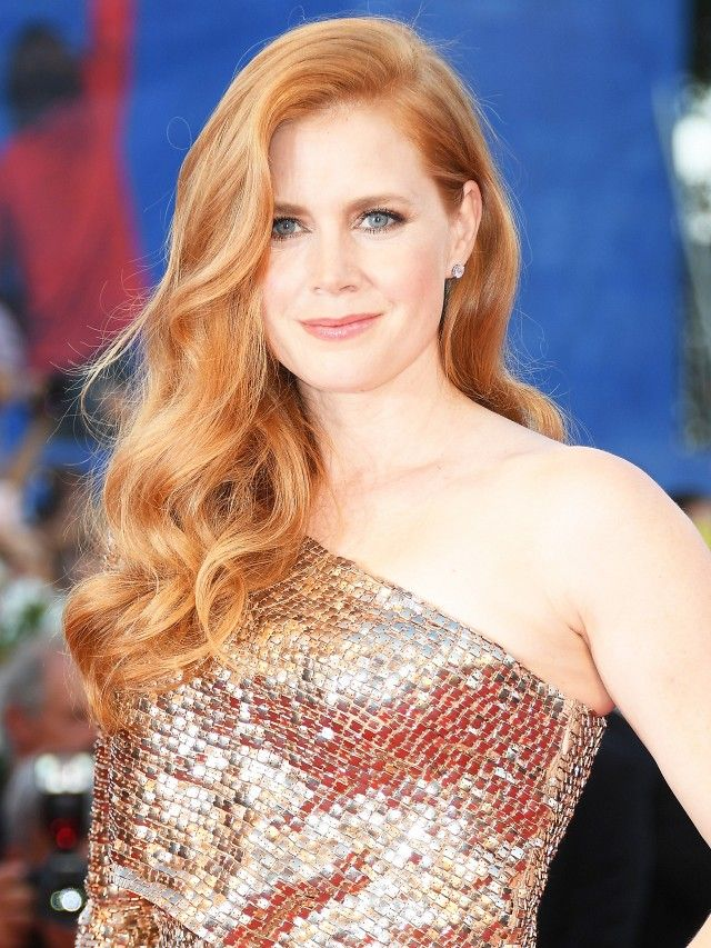 Amy Adams's deep side part and flowing curls are giving off major bombshell vibes